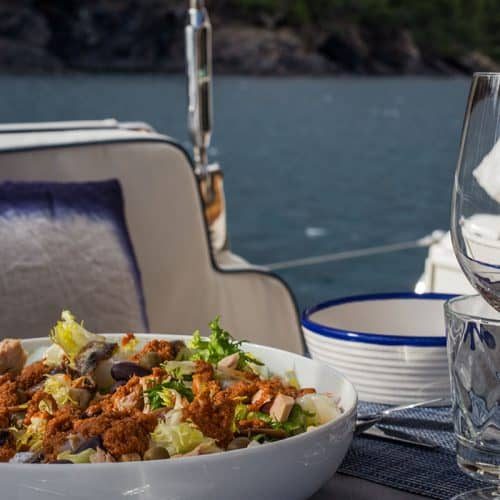 Amanida de xató amb bacallà i salsa de romescu